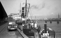 Frachtschiffe liegen am Amerikakai im Segelschiffhafen - Hafenbecken im Hamburger Hafen.