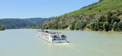 Ein Flusskreuzfahrtschiff der Vicking Tour hat die Stadt Krems passiert und fährt jetzt den flussaufwärts.