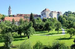 Schlosspark in  Krumau an der Moldau / Český Krumlov; im Hintergrund die Schlossgebäude.