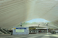 Geschwungenes Dach vom Bahnhof Liège-Guillemins - Entwurf Architekt Santiago Calatrava, fertig gestellt 2009.