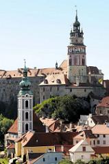Schlossturm vom Schloss Český Krumlov / Schloss Krumau - im Vordergrund der Kirchturm der ehemaligen St. Jostkirche.