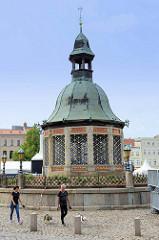 Brunnen der sogenannten Wasserkunst auf dem Marktplatz der Hansestadt Wismar. Er wurdee nach Plänen des Utrechter Baumeisters Philipp Brandin 1602 im Stil der niederländischen Renaissance  gebaut.