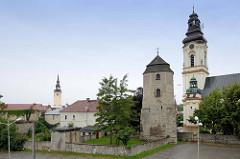 Historische  Türme der Stadt    Groß Strehlitz / Strzelce Opolskie;  rechts die Sankt Laurentius Kirche, in Bildmitte der  historische Wehrturm und links im Hintergrund der Uhrenturm vom Rathaus der Stadt.