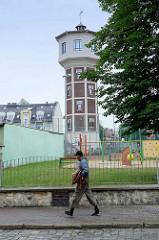Alter Wasserturm, davor ein Kinderspielplatz; Bilder aus   Groß Strehlitz / Strzelce Opolskie.
