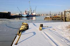 Blick von der Kaianlage am Afrika Kai über das Hamburger Hafenbecken Südwest Hafen im Stadtteil Kleiner Grasbrook zum Kamerun Kai, an dem ein Frachtschiff festgemacht hat.