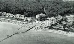 Historische Luftaufnahme vom Seebad Heiligendamm - Übersicht der Anordnung der Gebäude, Perlenkette an der Promenade - Seebrücke.