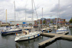 Sportboote - Segelboote / Motorboote am Steg  vom Wasserwanderer Rastplatz Brunkowkai in der Hansestadt Wismar.