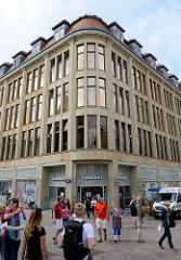 Kaufhausarchitektur in der Hansestadt Wismar, Karstadt Gebäude / Stammhaus der Karstadt AG am Rudolph Karstadt Platz - erbaut 1907, Architekt Johannes Busch.