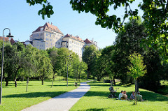 Schlosspark in  Krumau an der Moldau / Český Krumlov; im Hintergrund das Schlossgebäude.
