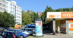 Wohnblock und Supermarktarchitektur / Flachbau, parkende Autos und Litfaßsäule - Bilder aus der Stadt Krumau an der Moldau / Český Krumlov.