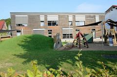 Gebäude von der integrativen Kindertagesstätte / Kita Arche Noah im Schulweg von Kühlungsborn. Holz verkleideter Flachbau, 2012 fertiggestellt - Entwurf Buttler Architekten.