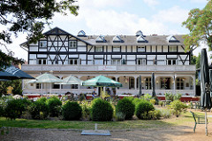 Hotelgebäude mit historischer Architektur, errichtet um 1872 - Villa Seebach an der Mittelpromenade im Ostseebad Boltenhagen.