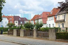 Symmetrisches Siedlungsgebäude am Burgwall in der Hansestadt Wismar; teilweise Rauputzfassade.