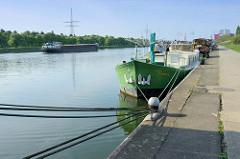 Liegeplätze von Binnenschiffen am Albert Kanal in der Gemeinde Herstal, Belgien.