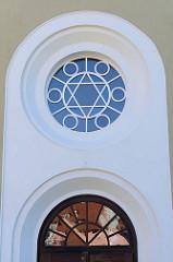 Oberlicht / Fenster am Eingang der Synagoge von Krumau an der Moldau / Český Krumlov; errichtet 1909 - Architekt  Victor Kafka. Die profanierte Synagoge ist seit 1958 ein geschütztes Kulturdenkmal.