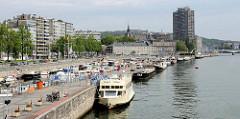 Ufer der Maas in Lüttich / Liège; Binnenschiffe und das Fahrgastschiff Prince Albert liegen am Kai - dahinter der Port de Yachts, Marina für Sportboote.