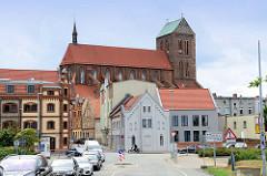 Blick durch die Poeler Straße zur  in der Hansestadt Wismar zur Sankt Nikolaikirche;  Die Kirche wurde von 1381-1487 als Kirche der Seefahrer und Fischer erbaut. Sie gilt als Meisterwerk der Spätgotik und ist als Teil der Wismarer Altstadt seit 2002