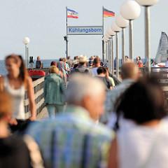 Touristen auf der Seebrücke von Kühlungsborn, sie wurde 1991 eingeweiht und hat eine Länge von 240 m.