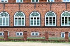Verwaltungsgebäude mit expressionistischer Fensterverleistung in der Philipp Mueller Straße von Wismar.