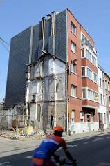Konturen, Reste einen kleinen Wohngebäudes an der Fassade eines Wohnblocks in  Lüttich / Liège.