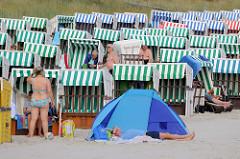 Ostseestrand in Boltenhagen, Nordwestmecklenburg; dicht an dicht stehen die Strandkörbe im Sand.