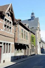 Historische Architektur in der Rue Saint-Laurent von Lüttich / Liège.