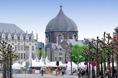 Blick über den Tivoli Platz in Lüttich / Liège zur Kuppel der Kirche des Hl. Andreas; erbaut  1772 als römisch katholische Pfarrkiche. Nach der Revolution wurde das Gebäude u.a. als Getreidelager genutzt; bis 2011 fanden dort Veranstaltungen statt, d