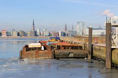 Zwei Schuten/Leichter liegen am AfrikaKai im Hamburger Südwesthafen; im Hintergrund der Stadtteil HafenCity mit seinen Neubauten.