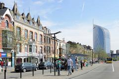 Busstation vor dem Hauptbahnhof Liège-Guillemins; Gründerzeitgebäude in der Rue Paradis, im Hintergrund der Tour Paradis / Tour des Finances de Liège - erbaut 2014, Entwurf Jaspers-Eyers Architects.