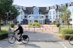 Moderne Klinik Architektur im Ostseebad Boltenhagen - Eingang der Ostseeklinik.