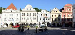 Marktplatz mit barocken Gebäuden in Krumau an der Moldau / Český Krumlov;  das historische Stadtzentrum des seit 1992 Weltkulturerbe.