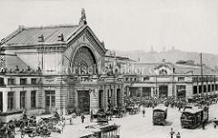 Historische Ansicht vom Hauptbahnhof in Lüttich / Liège. Auf der Plattform der elektrische Straßenbahn stehen die Fahrgäste dicht gedrängt - vor dem Empfangsgebäude warten Pferdedroschken auf Fahrgäste.