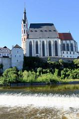 Blick auf die Sankt Veit Kirche und die Moldau in Krumau / Český Krumlov; die Kirche von 1309 wurde 1407 bis 1439 umgebaut und 1726 barockisiert.