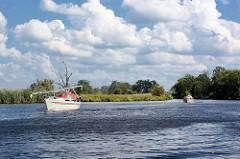 Schiffsverkehr auf der  Hohensaaten-Friedrichsthaler Wasserstraße, die durch den  Nationalpark Unteres Odertal führt; Sportboote fahren Richtung Schleuse.