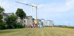 Klassizistische Promenadenvillen im Ostseebad Heiligendamm / Bad Doberan - teilweise restauriert oder schon zur Restaurierung entkernt; rechts der öffentliche Fussweg entlang dem Ostseestrand.