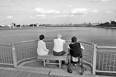 Aussichtplatz auf der Seebrücke Bad Wendor, Touristen blicken in die Richtung des Hafens der Hansestadt Wismar.