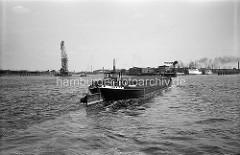 Historisches Motiv von der Elbe im Hamburger Hafen; ein Binnenschiff biegt in den Segelschiffhafen ein. Im Hintergrund ein Schwimmkran und die Elbbrücken - lks. der Kirchenpauerkai.