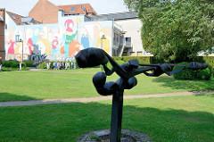 Grünanlage beim Kloster Roskilde - Bronzeskulptur und farbiges Wandbild.