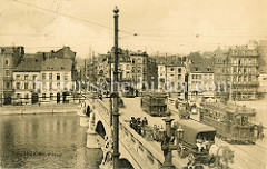 Historische Bild der Pont des Arches über die Maas in Lüttich / Liège; elektrische Straßenbahnen und Pferdfuhrwerke überqueren die Brücke.