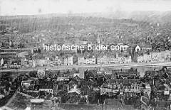 Historische Luftaufnahme vom Maastal bei Lüttich / Liège. Mehrstöckige Wohnhäuser und Speicher stehen am Kai der Maas.