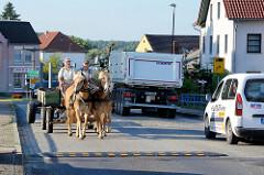 Straßenverkehr auf der Brücke über die Alte Oder in Oderberg; Lastwagen und Pferdefuhrwerk mit einem Doppelgespann überqueren die denkmalgeschützte Brücke.