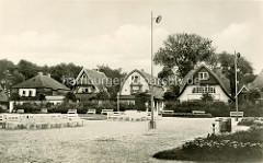 Altes Foto von Kurpark Ostseebad Boltenhagen -im Hintergrund die Einzelhäuser mit unterschiedlicher Dachform an der Mittelpromenade.