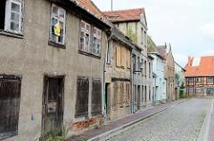 Alte, teilweise leerstehende Wohngebäude  in der Mantzelstraße von Bützow - die Fenster sind teilweise mit Holzplatten vernagelt.