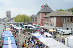Markt am Ufer der Maas in Lüttich / Liège; re. die Fachwerkarchitketur vom Curtius Museum, um 1610 als Privathaus für Jean Curtius, Industrieller und Munitionslieferant der spanischen Armee errichtet.