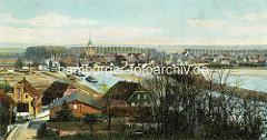 Historische Ansicht von Boizenburg/Elbe; Panorama der Stadt - Blick über den Stadthafen. Zwei Elbkähne liegen im Hafen, am Ufer Eisenbahnschienen und Güterwaggons.