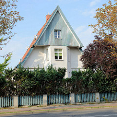 Einzelhaus mit  sehr spitzem Satteldach und holzverkleidetem Giebel in der Lübschen Straße von Wismar