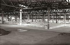 Blick durch den neu errichteten Verteilungsschuppen 58, der als Erweiterungsbau des Schuppens 57 konstruiert worden ist. In der Bildmitte liegt noch eine Holzschubkarre mit Schaufeln im Bauschutt.