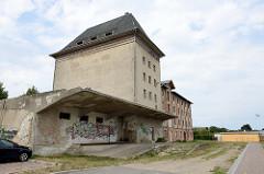 Alter leerstehender  Speicher mit Laderampe im Stadthafen an der Warnow von Bützow.