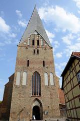 Kirchturm der Stiftskirche St. Maria, St. Johannes und St. Elisabeth in Bützow; Baustil norddeutschen Backsteingotik.