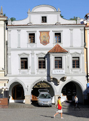 Barockes Gebäude mit Fassadenmalerei am Marktplatz von Krumau an der Moldau;  das historische Stadtzentrum ist  seit 1992 Weltkulturerbe.